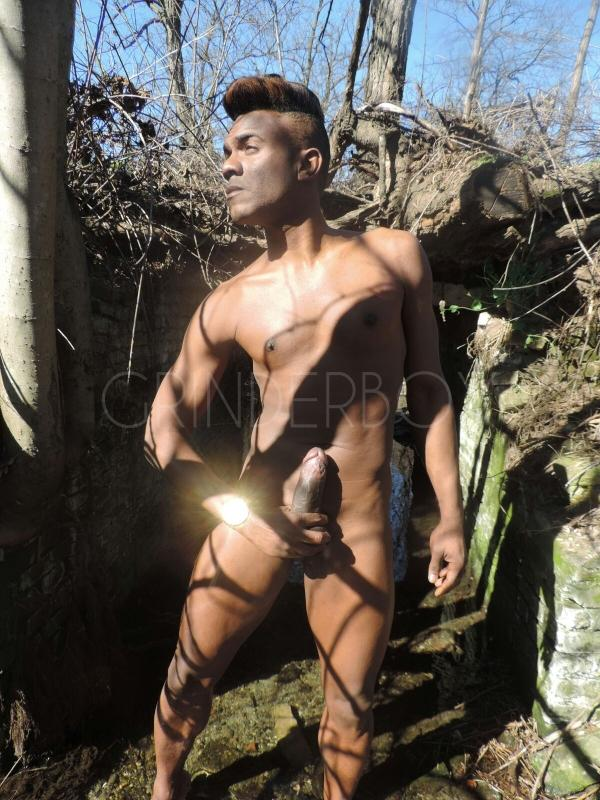 Gay escort boy pissing milano